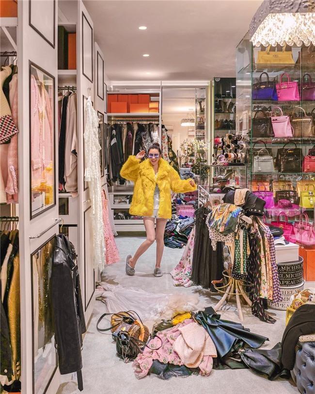 Choáng ngợp với phòng để đồ rộng bằng căn hộ với bảo mật vân tay, chứa 200 túi Hermes, 300 đôi giày và cả núi đồ hiệu xa xỉ của bà hoàng thời trang Singapore - Ảnh 5.