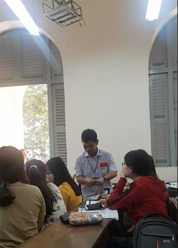 Thầy hiệu trưởng đến từng bàn lì xì cho các sinh viên.
