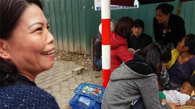 Lặng lòng chứng kiến cảnh người mẹ trẻ 8 đứa con nheo nhóc ra về Hà Nội kiếm sống - Ảnh 1.