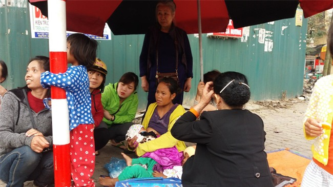 Lặng lòng chứng kiến cảnh người mẹ trẻ 8 đứa con nheo nhóc ra về Hà Nội kiếm sống - Ảnh 10.