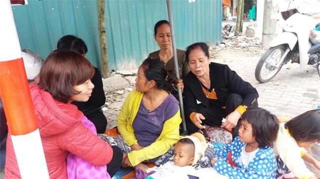 Lặng lòng chứng kiến cảnh người mẹ trẻ 8 đứa con nheo nhóc ra về Hà Nội kiếm sống - Ảnh 3.