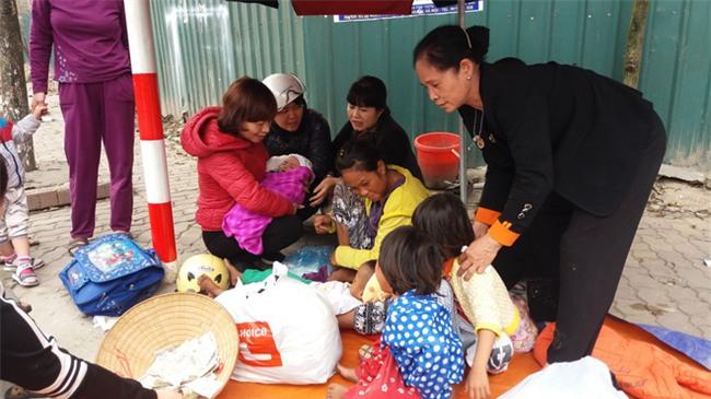 Lặng lòng chứng kiến cảnh người mẹ trẻ 8 đứa con nheo nhóc ra về Hà Nội kiếm sống - Ảnh 4.