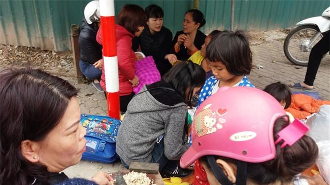 Lặng lòng chứng kiến cảnh người mẹ trẻ 8 đứa con nheo nhóc ra về Hà Nội kiếm sống - Ảnh 5.