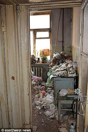 Phát hiện bà lão sống cùng xác khô của mẹ suốt 30 năm trong căn hộ cũ nát tại Ukraina - Ảnh 1.