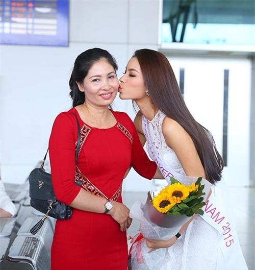 Mỗi lần xuất hiện, mẹ ruột Phạm Hương đều khiến công chúng chú ý - Ảnh 1.