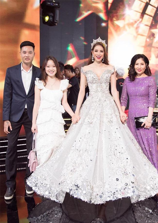 Mỗi lần xuất hiện, mẹ ruột Phạm Hương đều khiến công chúng chú ý - Ảnh 10.