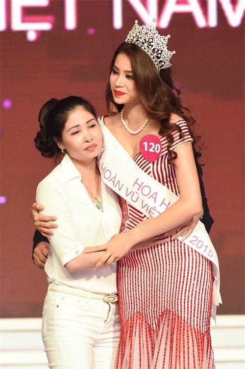 Mỗi lần xuất hiện, mẹ ruột Phạm Hương đều khiến công chúng chú ý - Ảnh 2.