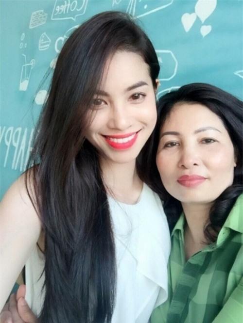 Mỗi lần xuất hiện, mẹ ruột Phạm Hương đều khiến công chúng chú ý - Ảnh 3.
