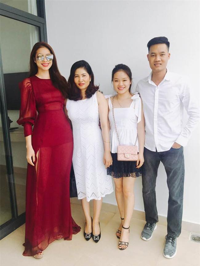 Mỗi lần xuất hiện, mẹ ruột Phạm Hương đều khiến công chúng chú ý - Ảnh 7.