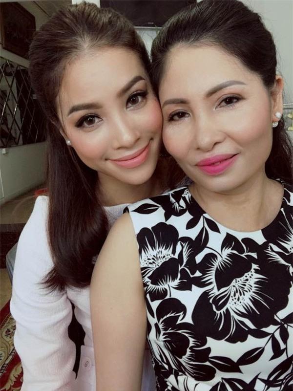 Mỗi lần xuất hiện, mẹ ruột Phạm Hương đều khiến công chúng chú ý - Ảnh 8.