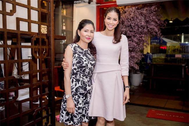 Mỗi lần xuất hiện, mẹ ruột Phạm Hương đều khiến công chúng chú ý - Ảnh 9.