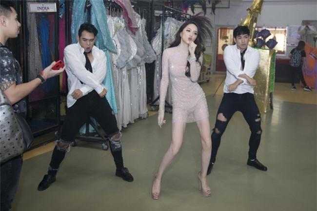 Hương Giang Idol biểu diễn vũ đạo cùng với vũ đoàn. - Tin sao Viet - Tin tuc sao Viet - Scandal sao Viet - Tin tuc cua Sao - Tin cua Sao