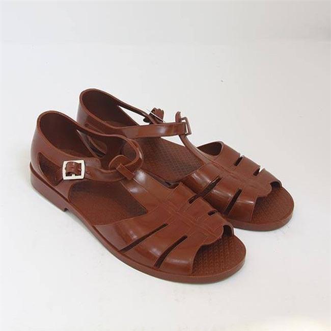 Có giá hơn 11 triệu nhưng hình như sandal của Gucci trông quá giống dép rọ bộ đội của nước ta thì phải - Ảnh 7.
