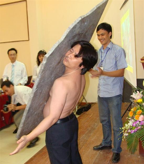 Chuyện lạ: Người đàn ông có thể hút vạn vật lên cơ thể-2
