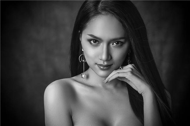 Hoa hậu Chuyển giới Quốc tế 2018: Hương Giang thần thái ngời ngời lấn át dàn thí sinh trong loạt ảnh beauty shoot đầu tiên - Ảnh 1.