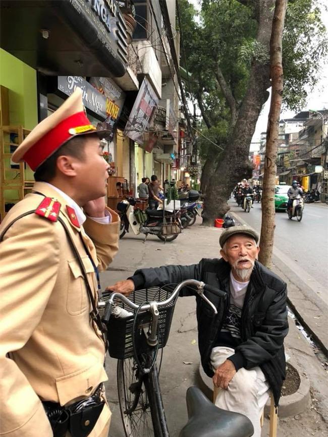 Clip dễ thương: Chiến sĩ CSGT Hà Nội giúp đỡ, chở cụ già bị lạc đường trên chiếc xe đạp để về nhà - Ảnh 3.