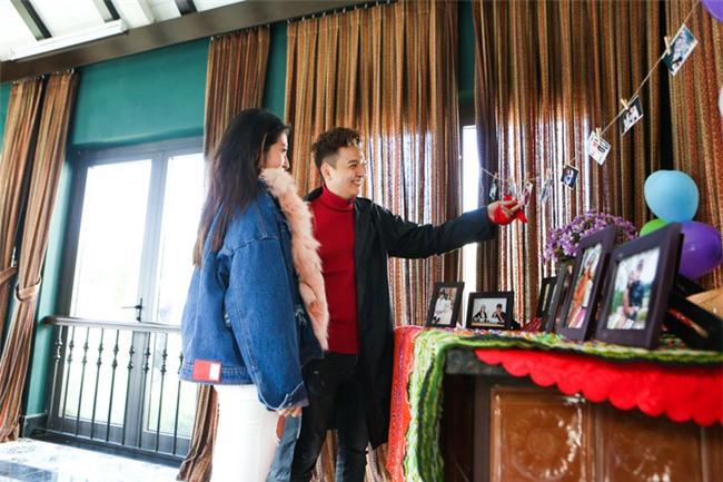 Không chỉ làm sinh nhật bất ngờ cho bạn gái màNgô Kiến Huycòn tổ chức cả lễ kỉ niệm hành trình yêu nhau của họ ngay trong chuyến đi du lịch này.Ngô Kiến Huyđã bí mật tự tay trang trí, chuẩn bị hoa và in ra nhiều bức ảnh kỉ niệm của cả hai trong hành trình yêu nhau 7năm. - Tin sao Viet - Tin tuc sao Viet - Scandal sao Viet - Tin tuc cua Sao - Tin cua Sao