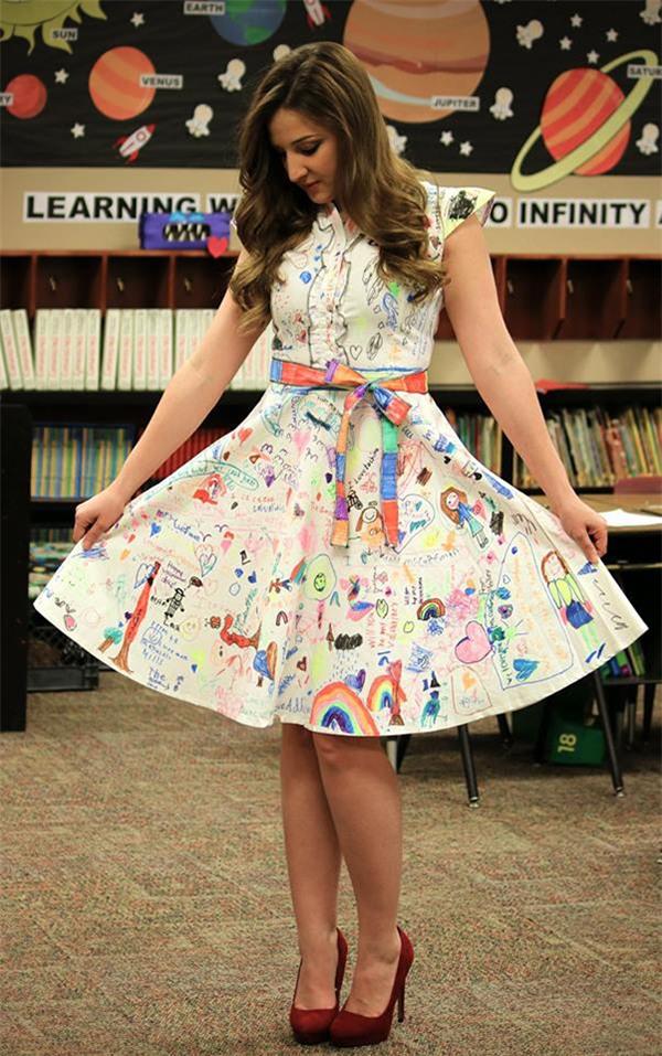 Cô giáo xinh đẹp và chiếc váy bị học trò 'vẽ bậy'.