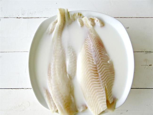 Để bếp không tanh mùi cá, trước khi chế biến hãy ngâm cá với hỗn hợp này - Ảnh 1.
