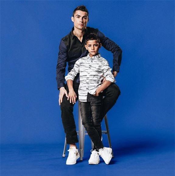 Không chỉ hưởng gen đá bóng từ bố, con trai Ronaldo còn cực sành thời trang - Ảnh 2.