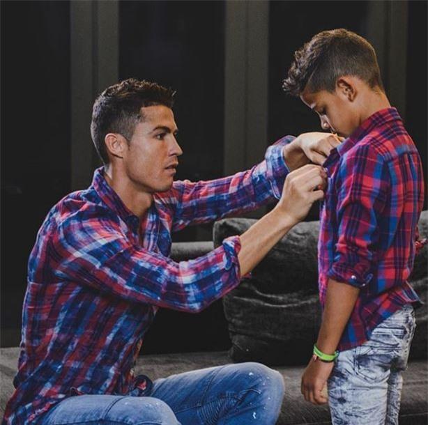 Không chỉ hưởng gen đá bóng từ bố, con trai Ronaldo còn cực sành thời trang - Ảnh 4.