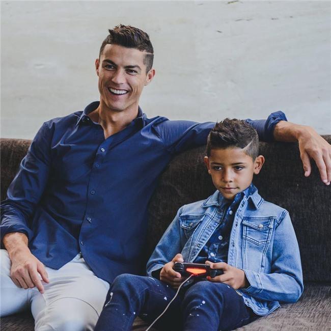 Không chỉ hưởng gen đá bóng từ bố, con trai Ronaldo còn cực sành thời trang - Ảnh 5.