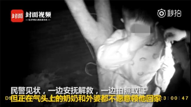 Mâu thuẫn gia đình, bà nội không muốn trông nên giữa đêm lạnh trói cháu trai vào gốc cây, bà ngoại âm thầm đi báo cảnh sát - Ảnh 1.