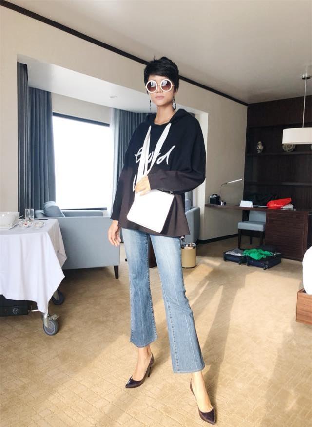 Trở thành Hoa hậu Hoàn vũ Việt Nam nhưng HHen Niê vẫn giản dị đến mức đi giày tróc da - Ảnh 2.