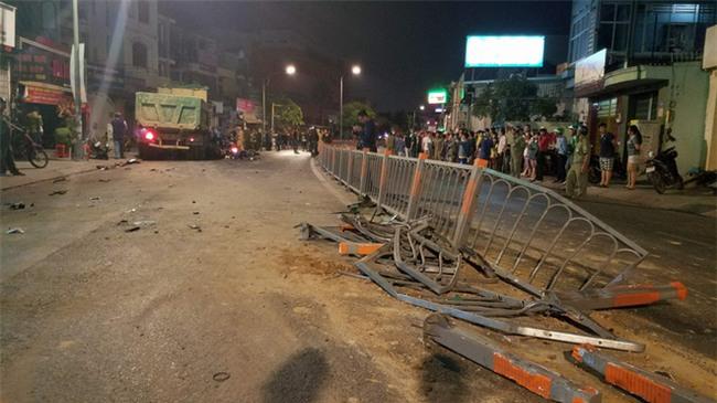 Xe ben mất lái gây tai nạn kinh hoàng ở Sài Gòn, ít nhất 3 xe máy bị cuốn vào gầm, nhiều người thương vong - Ảnh 1.