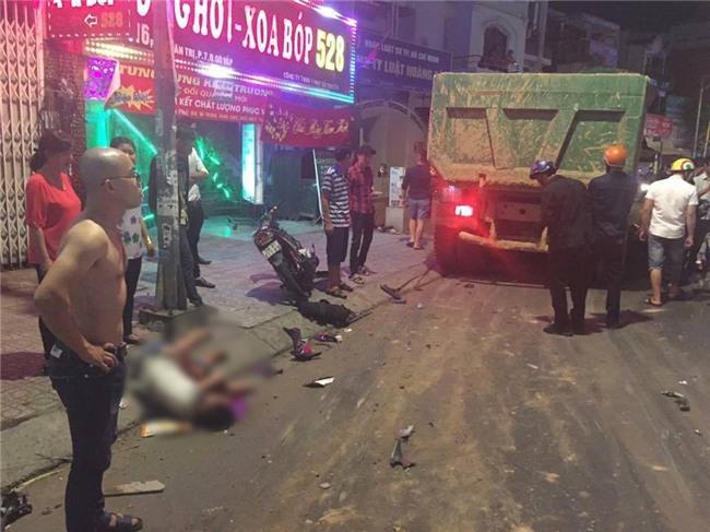 Xe ben mất lái gây tai nạn kinh hoàng ở Sài Gòn, ít nhất 3 xe máy bị cuốn vào gầm, nhiều người thương vong - Ảnh 2.