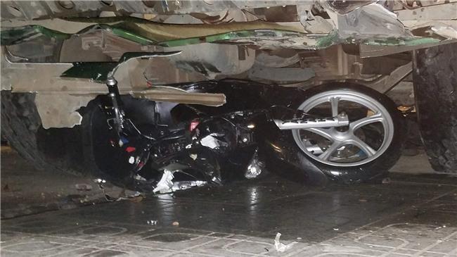 Xe ben mất lái gây tai nạn kinh hoàng ở Sài Gòn, ít nhất 3 xe máy bị cuốn vào gầm, nhiều người thương vong - Ảnh 4.