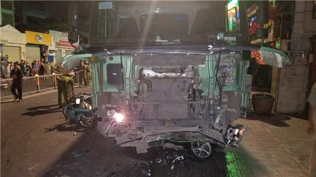 Xe ben mất lái gây tai nạn kinh hoàng ở Sài Gòn, ít nhất 3 xe máy bị cuốn vào gầm, nhiều người thương vong - Ảnh 5.