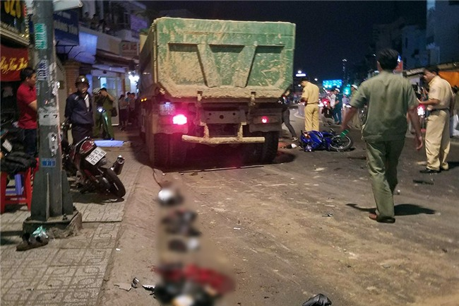 Xe ben mất lái gây tai nạn kinh hoàng ở Sài Gòn, ít nhất 3 xe máy bị cuốn vào gầm, nhiều người thương vong - Ảnh 6.