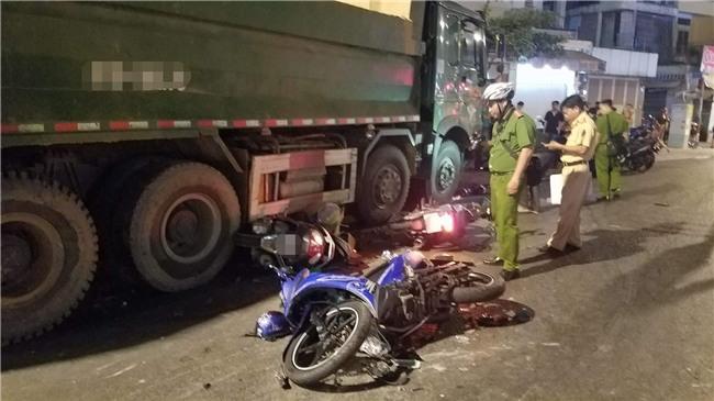 Xe ben mất lái gây tai nạn kinh hoàng ở Sài Gòn, ít nhất 3 xe máy bị cuốn vào gầm, nhiều người thương vong - Ảnh 7.