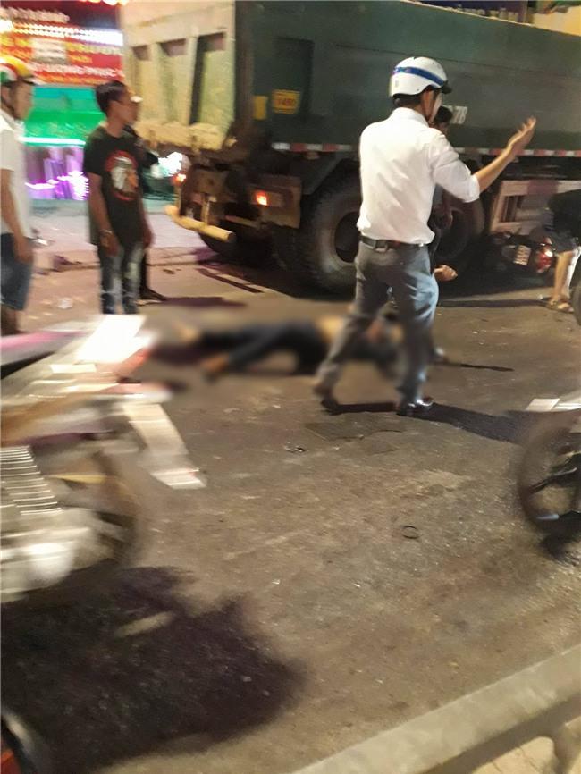 Xe ben mất lái gây tai nạn kinh hoàng ở Sài Gòn, ít nhất 3 xe máy bị cuốn vào gầm, nhiều người thương vong - Ảnh 8.