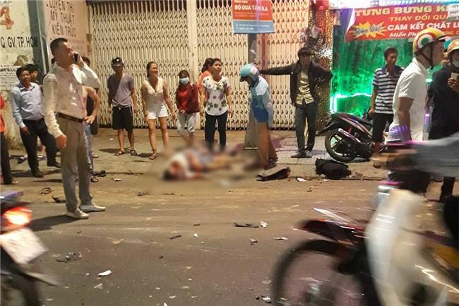 Xe ben mất lái gây tai nạn kinh hoàng ở Sài Gòn, ít nhất 3 xe máy bị cuốn vào gầm, nhiều người thương vong - Ảnh 9.