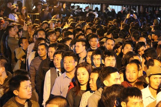 Từ tờ mờ sáng, mặc dù Ban tổ chức lễ hội đền Trần chưa thông báo đến giờ phát ấn cho nhân dân và du khách thập phương, nhưng nhiều người đã trật tự xếp hàng ngăn nắp, mặc dù khá đông người nhưng tình trạng xô đẩy, chen lấn nhau không hề xảy ra