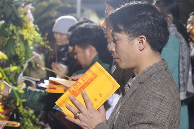 Sau khi cầm trên tay lá ấn, thoả ước nguyện sau một đêm ròng rã chờ đợi, những người xin ấn tạ ơn các vị vua Trần.