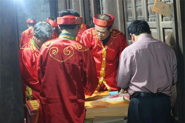 So với các điểm khác, điểm phát ấn tại đền Trùng Hoa có thảnh thơi hơn chút ít vì lượng người tập trung chủ yếu tại khu vực đền Thiên Trường