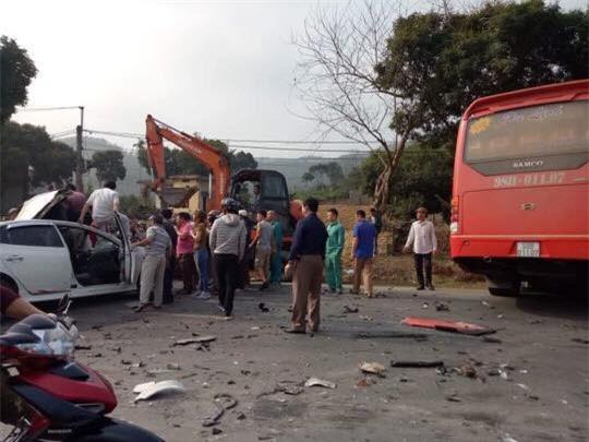 Hòa Bình: Xe con va chạm xe khách, đập cửa kính cứu bố và con nhỏ bị gãy chân đưa đi viện - Ảnh 1.