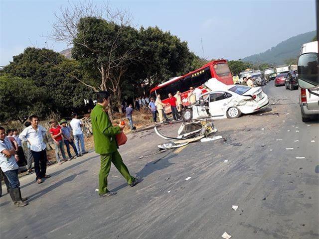 Hòa Bình: Xe con va chạm xe khách, đập cửa kính cứu bố và con nhỏ bị gãy chân đưa đi viện - Ảnh 2.