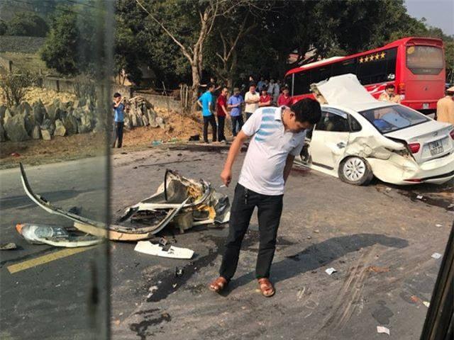 Hòa Bình: Xe con va chạm xe khách, đập cửa kính cứu bố và con nhỏ bị gãy chân đưa đi viện - Ảnh 6.