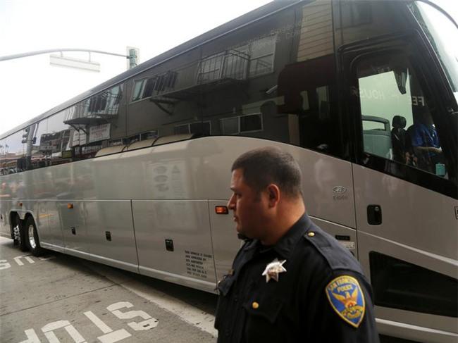 Xe nhân viên Apple và Google bị bắn vỡ kính, cảnh sát California sẽ dùng xe đóng giả để dụ kẻ tấn công - Ảnh 1.