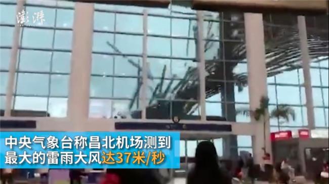 Trời chuyển mưa lớn và gió giật mạnh, hành khách kinh hãi khi thấy phần mái sân bay sập đổ ngay trước mắt - Ảnh 2.