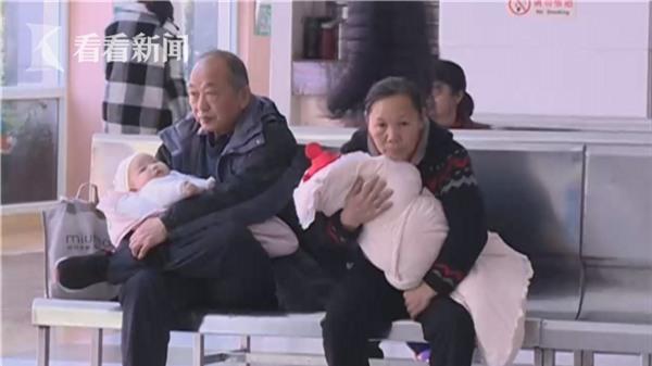 Ủ ấm con quá kín trong chăn, 2 bé sơ sinh phải nhập viện vì ngạt thở đến mức suy kiệt chức năng nội tạng - Ảnh 1.