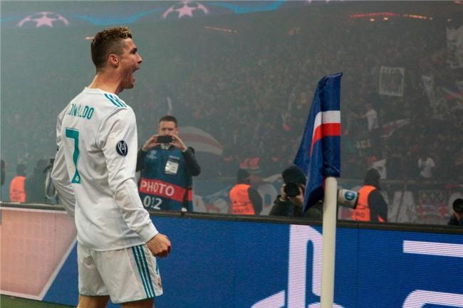 Ronaldo toa sang dua Real vao tu ket Champions League hinh anh 11