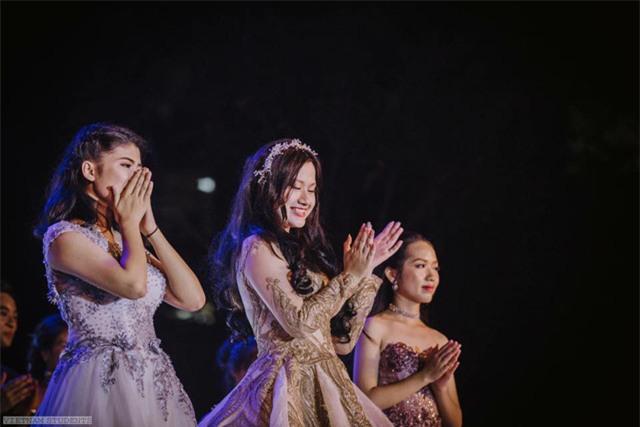 Minh Anh tỏa sáng trong các cuộc thi ở trường bởi sự thông minh, tài năng và xinh đẹp.