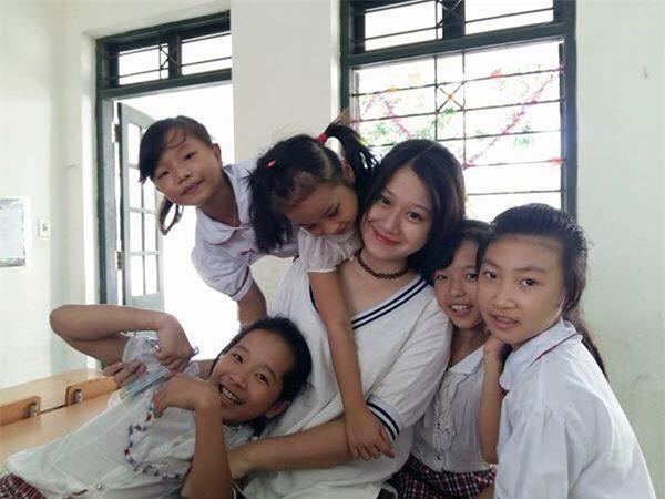 Minh Anh dạy học từ thiện cho các em nhỏ có hoàn cảnh đặc biệt.