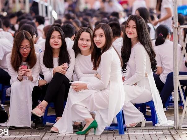 Minh Anh (ngoài cùng, bên phải) là một cô gái cá tính, hoạt bát, năng nổ tham gia nhiều hoạt động ngoại khóa trong và ngoài trường.