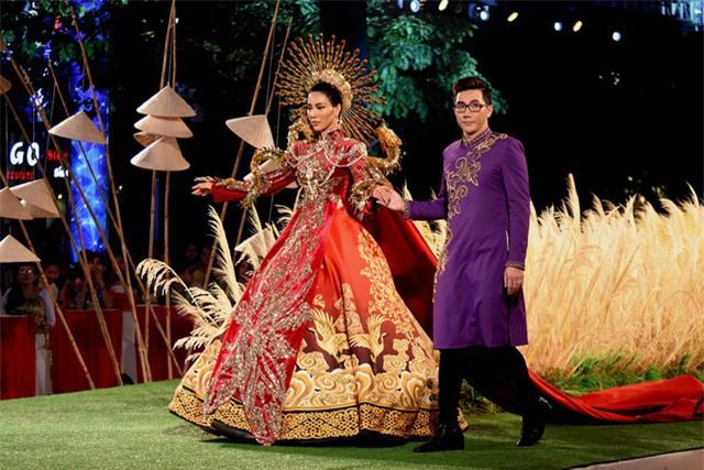 Mẫu thiết kế hiếm thấy khi kết hợp áo dài và váy có tùng